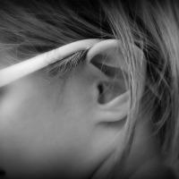 Mi hija no tiene agujeros en las orejas